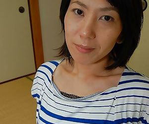Splendid Asian brunette babe Masako is ready to take a hot..