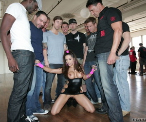 Pornstar Lucky Starr gets cum on her face from many men..