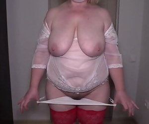 Striptease in front of a stranger in hookup chat. Mature..