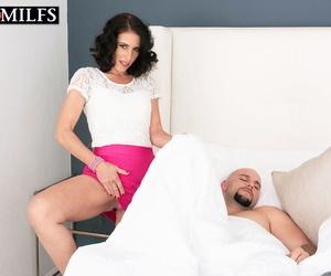 50 plus chick Keli Richards sucks off her sleeping..