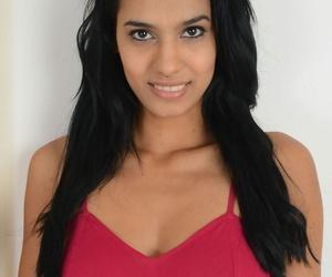 Super-sexy Latina Karmen Bella peels off her scorching..