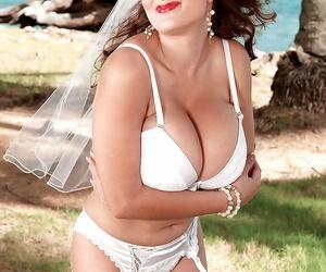 Deepthroating porn industry star Valory Irene strutting in..