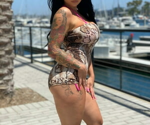 Curvy stunner Payton Preslee flaunting her thick orbs in a..