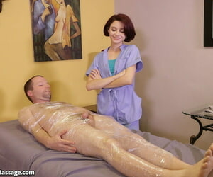 Tiny massagist Lola Fae gives her client an supreme..