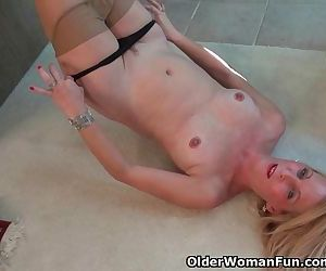 American milf Shelby lowers her..