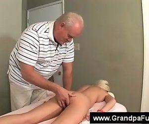 Senior masseur fingers blondes..