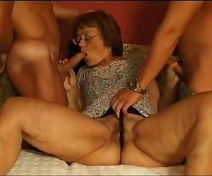 Mature piss oma -..