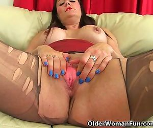 Nyloned milf Princess Leia fucks herself with a dildo