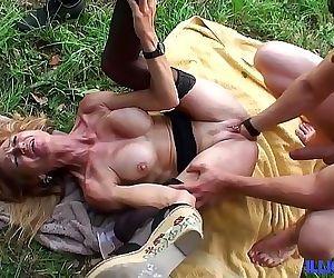 Bonne cougar blonde et bien mature baisée dans un champ 25 min HD+