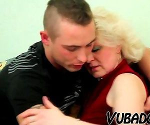 OLD BLONDE MILF FUCKS YOUNG DUDE !! - 6 min HD