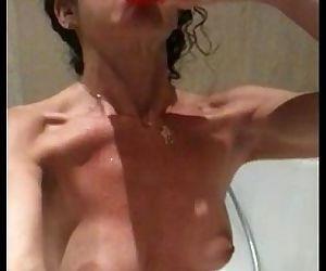 Eva sumisa, castigada a exhibirse rociandose su piss - 2 min