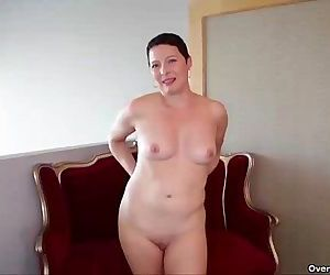 Short-haired milf handjobHD