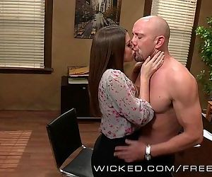 Brooklyn Chase fucks an up and cumming starHD