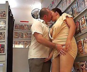 Milf bbw enculée sans merci dans un sex-shop 14 min HD+