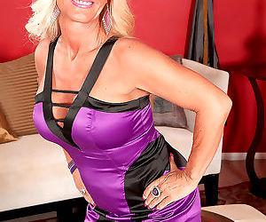 Over 40 blonde barbi banks delves fingers into her twat..