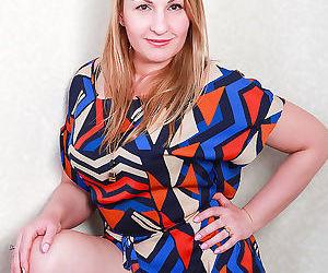 42 year old dana karnevali from allover30 spreading her..