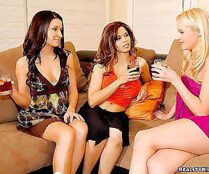 Hot samantha picks up 2 amazing hotties for some dildo and..