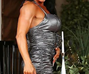 Sexy rhonda lee shows off her super big muscles and..