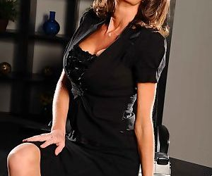 Busty MILF Veronica Avluv strips down to her provocative..