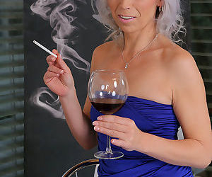 Smoking hot mature MILF toying her horny snatch with glass..