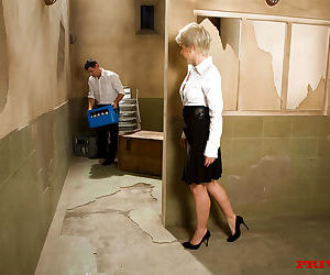 Blonde business woman Joanna Roman seduces the delivery..