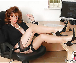 Bottomless mature fetish lady in stockings exposes her..