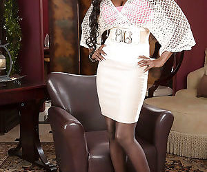 Ebony mature Diamond Jackson demonstrates her ass in..