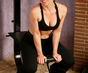 Athletic 30 plus lady Lauren E removes spandex clothing to..