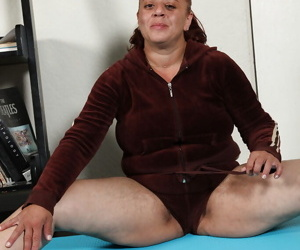 Fatty mature lassie takes off her sport outfit and exposes..