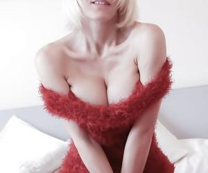 Older blonde lady Jan Burton exposes big natural boobs and..