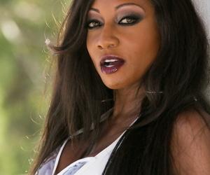 Sexy black MILF Diamond Jackson makes her pussy squirt..