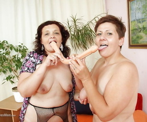 Mature moms toy lesbian cunts with double headed dildo in..