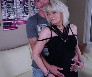Middle aged mature whore getting down and dirty with a..