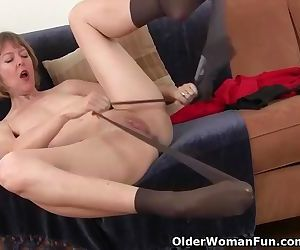 American milf Jamie Foster rubs her pussy furiously