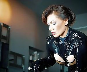 Domina Cassandra Casal - SHINY LATEX