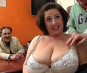 Cougar se fait sodomiser devant son mari 14 min 1080p