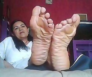 Pies arrugados de señora madura 4 min 720p