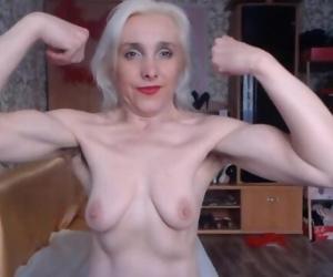 Russian MILF babe flexes on cam