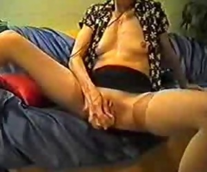 Mature inserts a dildo in her pussy