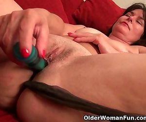 American milf Lani Lee loves the feeling of a dildo..