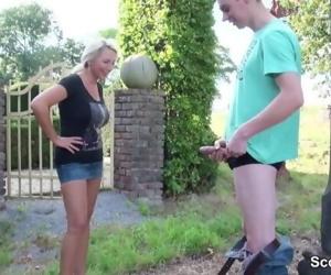 Steif-Mutter erwischt Stief-Sohn beim wichsen und hilft..