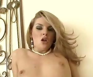Hot blonde does some face sitin