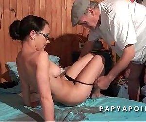 Papy baise une jeune et tres jolie brunette aux beaux seins