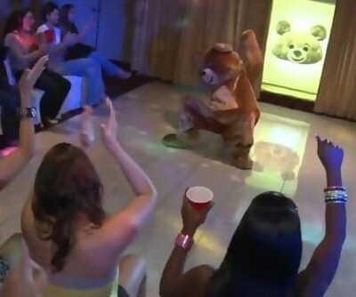 DANCING BEAR - Kendra Lanes Bachelorette Party was off Da Chain!!!
