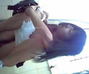 超嫩18岁青春美少女厕所偷拍-1-高冷白色热裤妹子