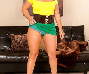 Latina Shanna Ryun hikes her skirt and twerks her big butt..