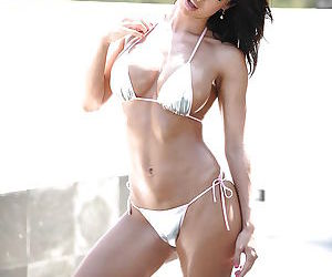 Latina pornstar Franceska Jaimes bathes her babe ass in..