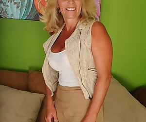 Beautiful tanned babe Crystal Taylor showcase her big..