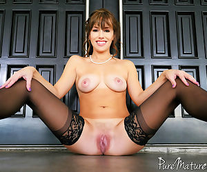 Sexy MILF Alana Cruise oozes jizz from her twat after a..