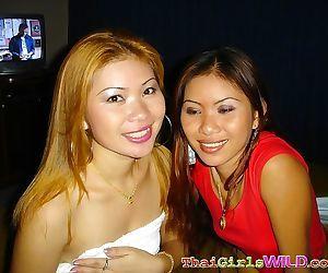Sexy thaise tweeling zusters het krijgen van wild en gek in deze